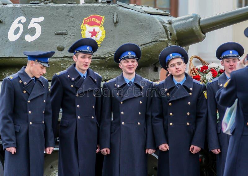 Πλάγια όψη των νέων ελκυστικών ατόμων που πυροβολούν στην οδό Μαθητές στρατιωτικής σχολής που περπατούν γύρω από τη Μόσχα στοκ εικόνα με δικαίωμα ελεύθερης χρήσης
