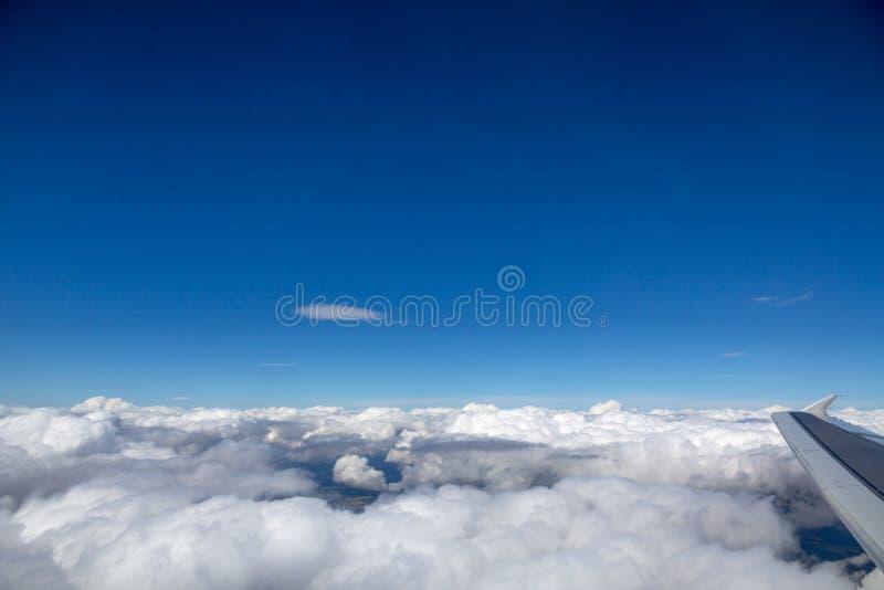 Πλάγια όψη των σύννεφων πέρα από την κεντρική Ευρώπη από το κατεβαίνοντας αεροπλάνο στοκ εικόνες με δικαίωμα ελεύθερης χρήσης