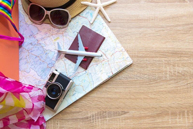 Πλάνισμα του θερινού διακινούμενου διαβατηρίου με την παλαιά βαλίτσα, τον τρύγο καμερών και το μπικίνι μαγιό γυναικών μόδας, αστέ στοκ εικόνες