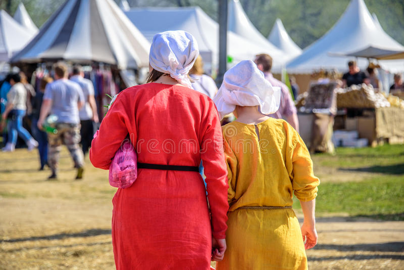 Πλάτες δύο νέων γυναικών στα μεσαιωνικά φορέματα στα διεθνή πρωταθλήματα φεστιβάλ ιπποτών Αγίου George στοκ εικόνες
