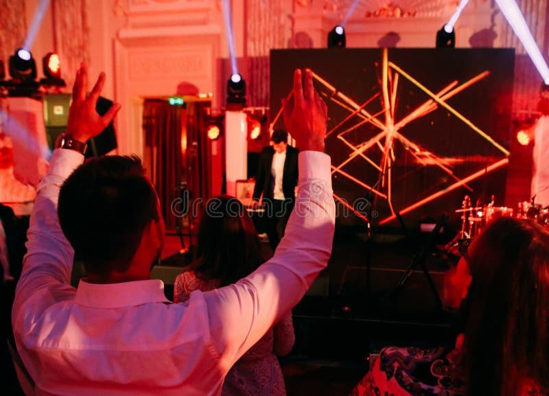 Πλάτη στάσεων σκηνών συναυλίας προσοχής ζευγών ακροατηρίων στοκ φωτογραφία με δικαίωμα ελεύθερης χρήσης