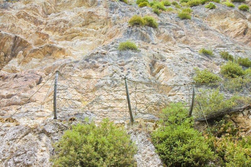 Πλέγμα καλωδίων προστασίας ενάντια στους μειωμένους βράχους από τα βουνά στοκ εικόνες