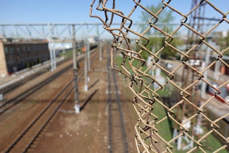 Πλέγμα-πλέγμα χάλυβα και ο σιδηρόδρομος πίσω από το στοκ φωτογραφίες με δικαίωμα ελεύθερης χρήσης
