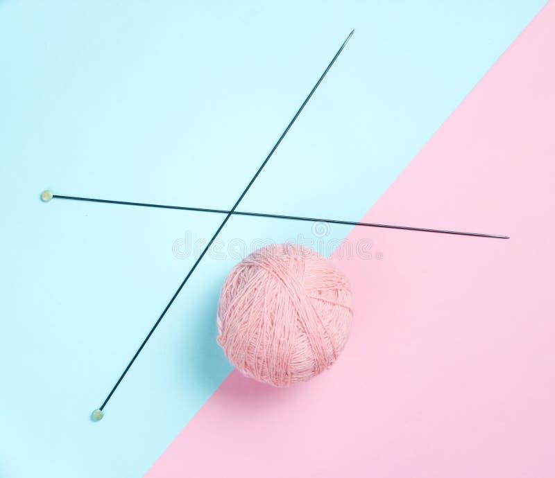 Πλέκοντας βελόνες, νηματοδέματα του μαλλιού στοκ εικόνες