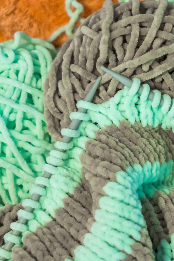 Πλέκοντας βρόχοι στις παχιές πλέκοντας βελόνες στοκ εικόνα με δικαίωμα ελεύθερης χρήσης
