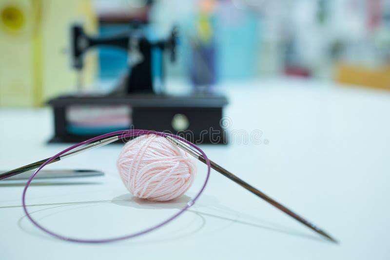 Πλέκοντας εξοπλισμός, πλέκοντας ξύλινες και πλέκοντας βελόνες Εκλεκτική εστίαση στοκ φωτογραφία