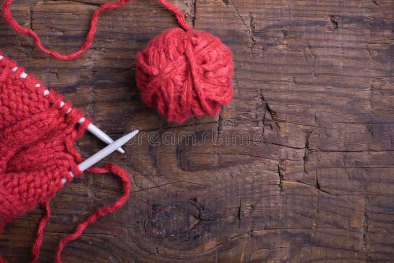 πλέκοντας μαλλί βελόνων σ στοκ φωτογραφία