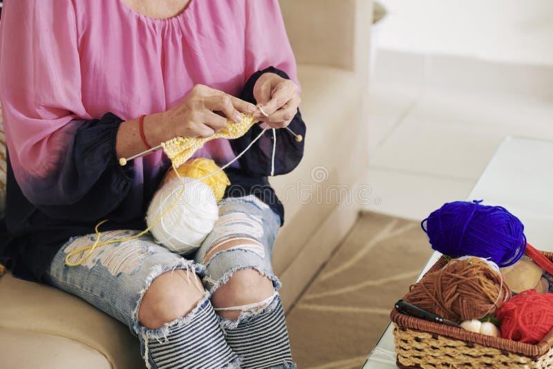 Πλέκοντας μαντίλι μαλλιού γυναικών στοκ φωτογραφίες