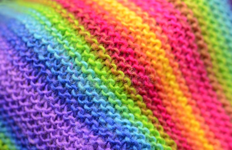 Πλέξιμο ουράνιων τόξων ή πλεκτό υπόβαθρο σχεδίων σύστασης υφάσματος στοκ φωτογραφία