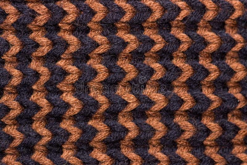 Πλέξιμο Πλεκτή υπόβαθρο σύσταση Φωτεινές πλέκοντας βελόνες Μαύρο και καφετί μάλλινο νήμα για το πλέξιμο στοκ εικόνες