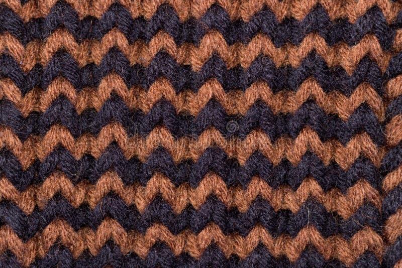 Πλέξιμο Πλεκτή υπόβαθρο σύσταση Φωτεινές πλέκοντας βελόνες Μαύρο και καφετί μάλλινο νήμα για το πλέξιμο στοκ φωτογραφία με δικαίωμα ελεύθερης χρήσης