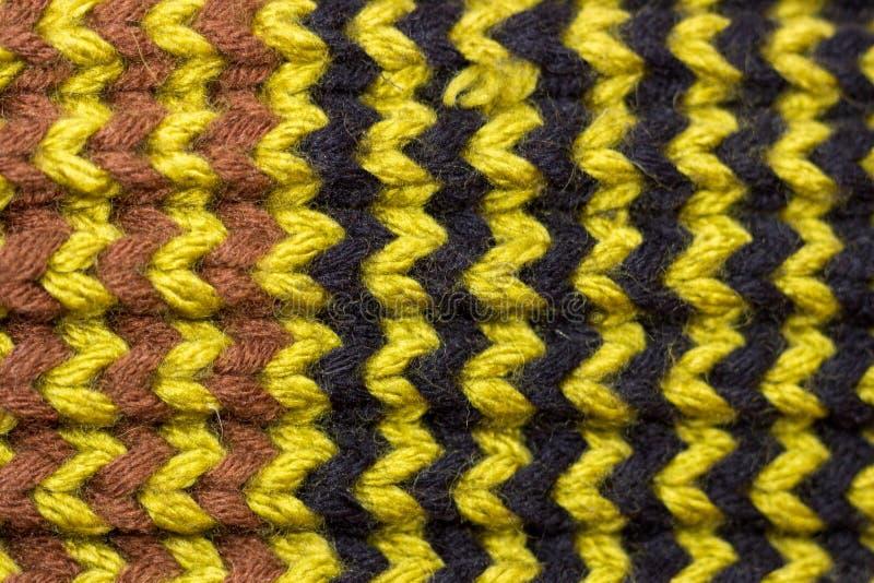 Πλέξιμο Πλεκτή υπόβαθρο σύσταση Φωτεινές πλέκοντας βελόνες Μαύρο, πράσινο και καφετί μάλλινο νήμα για το πλέξιμο στοκ εικόνα