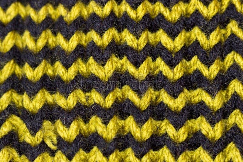 Πλέξιμο Πλεκτή υπόβαθρο σύσταση Φωτεινές πλέκοντας βελόνες Πράσινο και καφετί νήμα μαλλιού για το πλέξιμο στοκ εικόνες