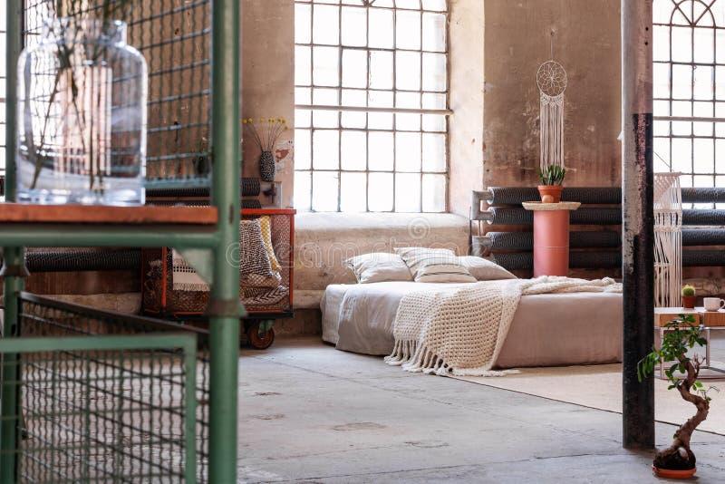 Πλέξτε το κάλυμμα και τα μαξιλάρια στο κρεβάτι στο ιαπωνικό εσωτερικό κρεβατοκάμαρων με το παράθυρο και το μπονσάι στοκ εικόνες με δικαίωμα ελεύθερης χρήσης