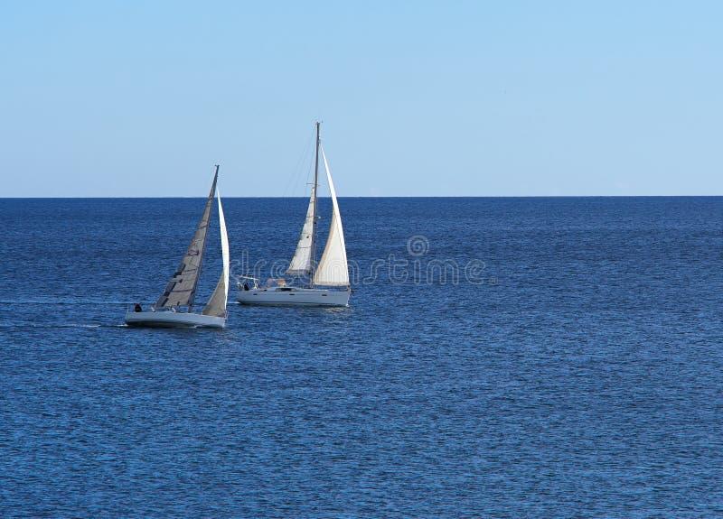 Πλέοντας βάρκα γιοτ που πλέει με τον ωκεανό στοκ φωτογραφία με δικαίωμα ελεύθερης χρήσης
