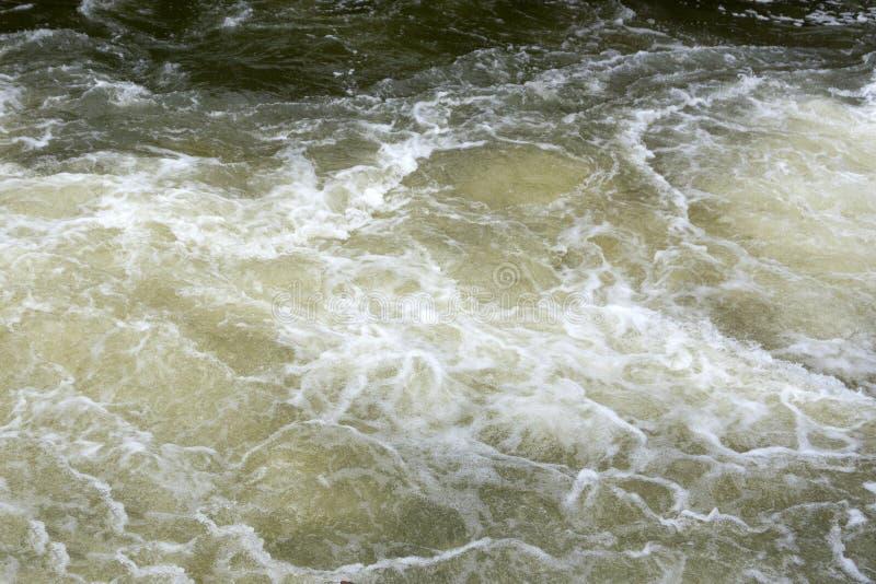 Πλέοντας βάρκα στο θυελλώδες σκοτεινό υπόβαθρο θάλασσας Έννοια μοναξιάς Τονισμένη φωτογραφία r στοκ φωτογραφίες με δικαίωμα ελεύθερης χρήσης