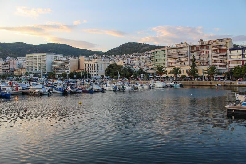 Πλέοντας βάρκες στο λιμάνι στην Ελλάδα στο ηλιοβασίλεμα στοκ εικόνες με δικαίωμα ελεύθερης χρήσης