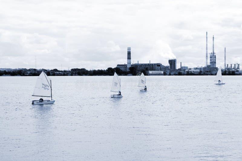 Πλέοντας γιοτ βαρκών ή sailboat φυλή regatta ομάδας στη θάλασσα ή το ωκεάνιο νερό περιοχή Μόσχα μια πανοραμική όψη στοκ εικόνες με δικαίωμα ελεύθερης χρήσης