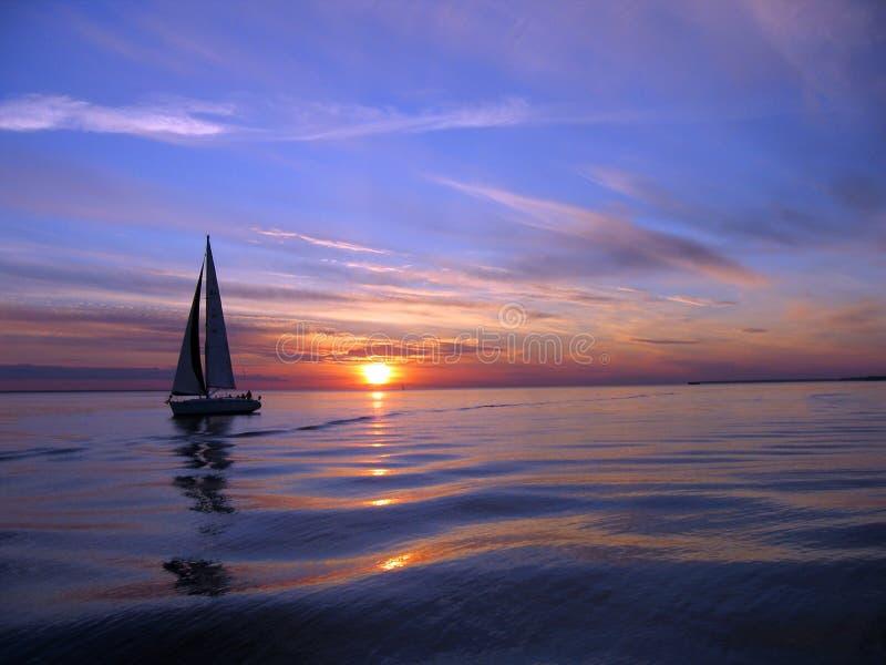 πλέοντας γιοτ ηλιοβασι& στοκ φωτογραφίες με δικαίωμα ελεύθερης χρήσης