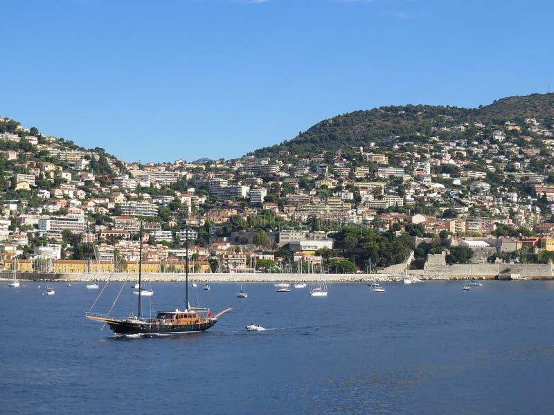 Πλέοντας γιοτ πολυτέλειας που πλέει στη Μεσόγειο Η παράκτια πόλη της Νίκαιας στοκ εικόνα με δικαίωμα ελεύθερης χρήσης
