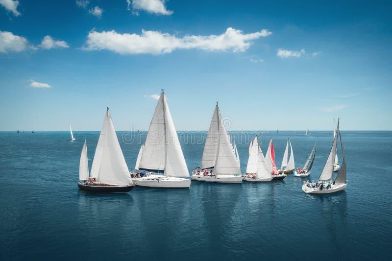 Πλέοντας γιοτ σκαφών Regatta με τα άσπρα πανιά στην ανοιγμένη θάλασσα Εναέρια άποψη sailboat στο θυελλώδη όρο στοκ εικόνες