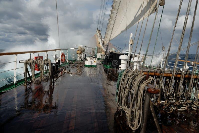 Πλέοντας σκάφος σε μια θύελλα στον ωκεανό στοκ φωτογραφία με δικαίωμα ελεύθερης χρήσης