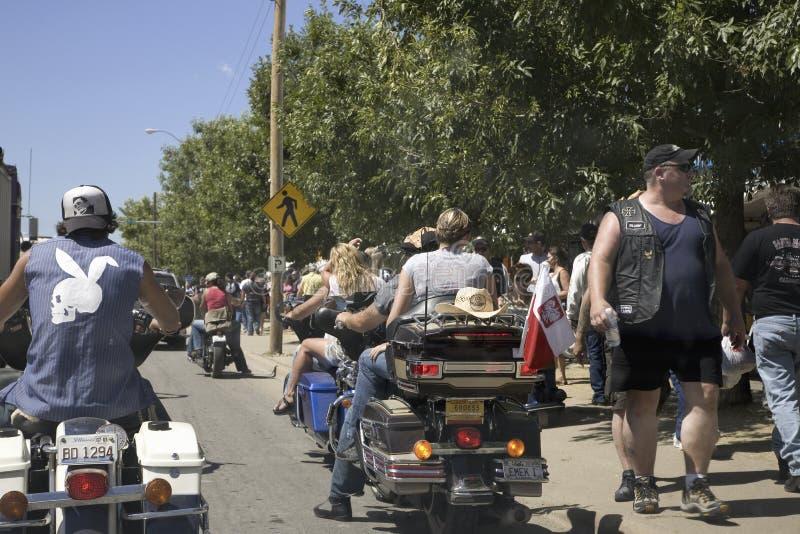 Πλήθη που περιπλανιούνται οι οδοί Sturgis στοκ εικόνες
