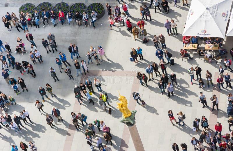 Πλήθη των ανθρώπων στο Marienplatz στο Μόναχο στοκ εικόνες
