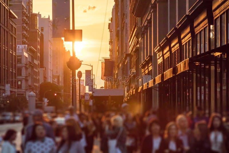 Πλήθη των ανώνυμων ανθρώπων στο πεζοδρόμιο στην πόλη της Νέας Υόρκης στοκ εικόνες με δικαίωμα ελεύθερης χρήσης