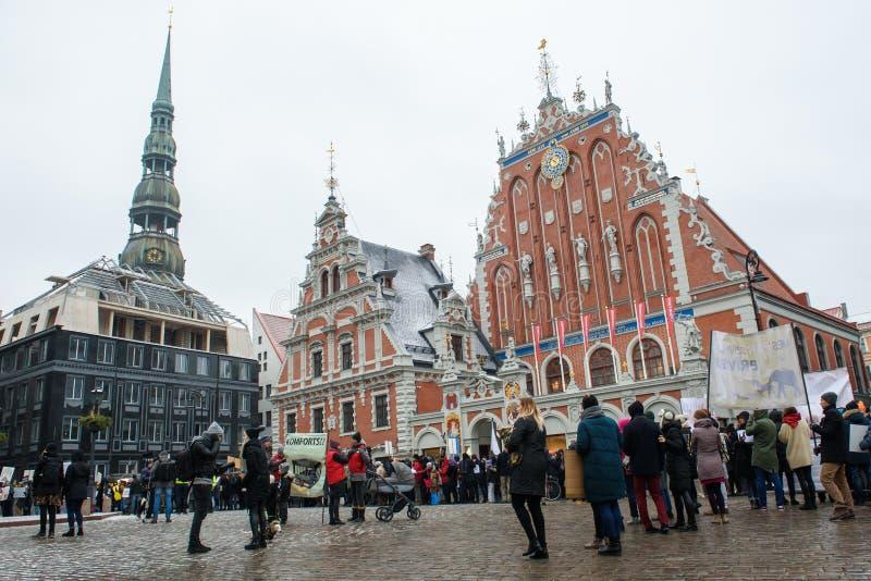 """Πλήθος με τους επιδεικνύοντες, στο τετράγωνο Δημαρχείων της Ρήγας, κατά τη διάρκεια """"του Μαρτίου για των ζώων στη Ρήγα, Λετονία στοκ φωτογραφία"""