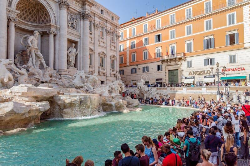 Πλήθος μπροστά από την πηγή TREVI - Ρώμη, Ιταλία στοκ εικόνες με δικαίωμα ελεύθερης χρήσης