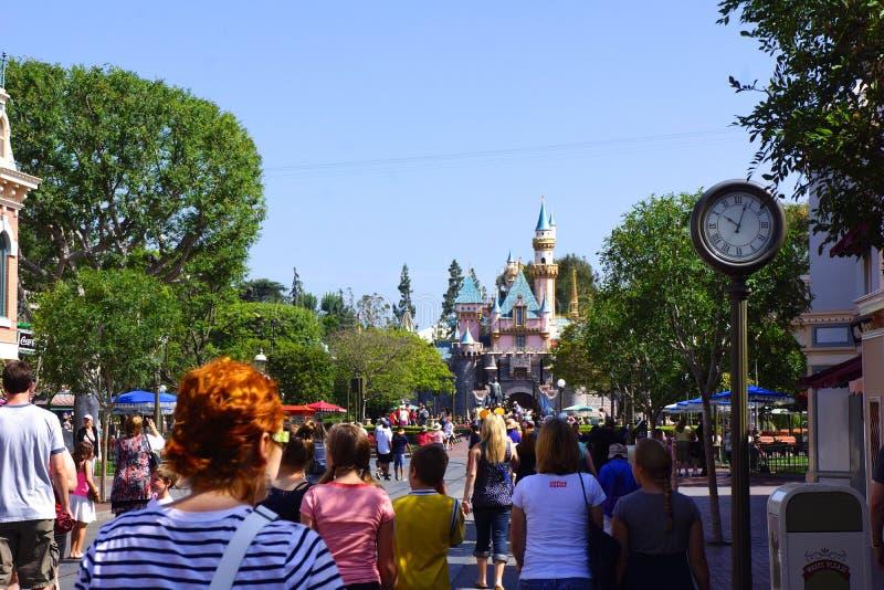 Πλήθος στο κεντρικό δρόμο Disneyland στοκ εικόνες