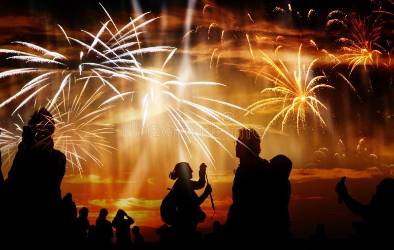 πλήθος των ανθρώπων που προσέχουν τα πυροτεχνήματα στοκ εικόνα με δικαίωμα ελεύθερης χρήσης