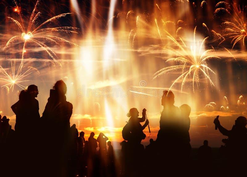 πλήθος των ανθρώπων που προσέχουν τα πυροτεχνήματα στοκ φωτογραφία