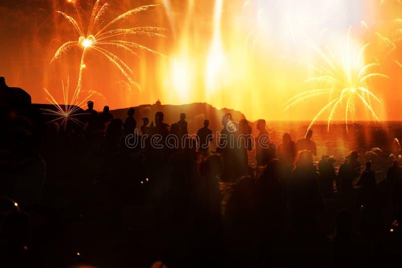 πλήθος των ανθρώπων που προσέχουν τα πυροτεχνήματα στοκ εικόνες
