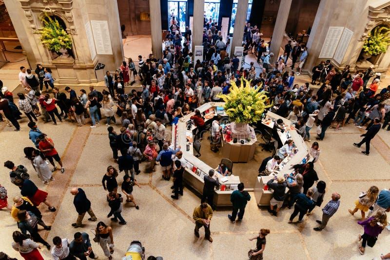Πλήθος των ανθρώπων στην κύρια αίθουσα του Metropolitan Museum of Art στοκ εικόνες