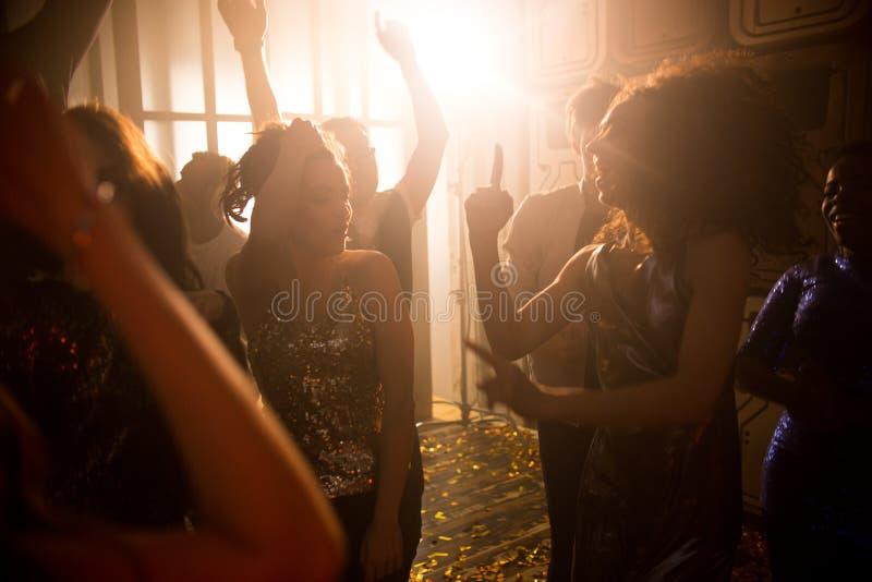 Πλήθος των ανθρώπων στο νυχτερινό κέντρο διασκέδασης στοκ εικόνες με δικαίωμα ελεύθερης χρήσης