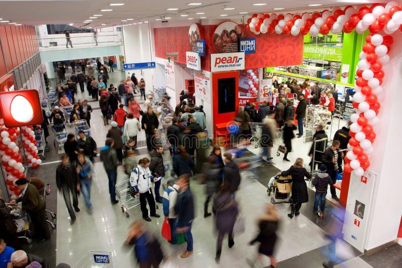 Πλήθος των πελατών στη λεωφόρο στοκ φωτογραφίες με δικαίωμα ελεύθερης χρήσης