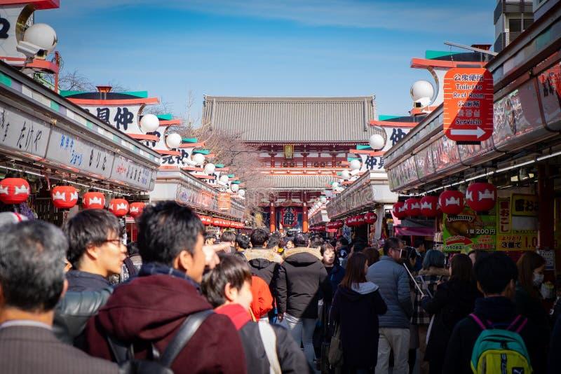 Πλήθος των ταξιδιωτών στο ναό Senso-senso-ji στοκ εικόνες