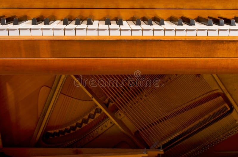 Πλήκτρα και εσωτερικό πιάνων στοκ εικόνα