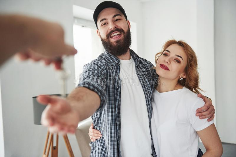 Πλήκτρα λήψης Ευτυχισμένο ζευγάρι μαζί στο νέο τους σπίτι Αντίληψη της μετακίνησης στοκ φωτογραφία