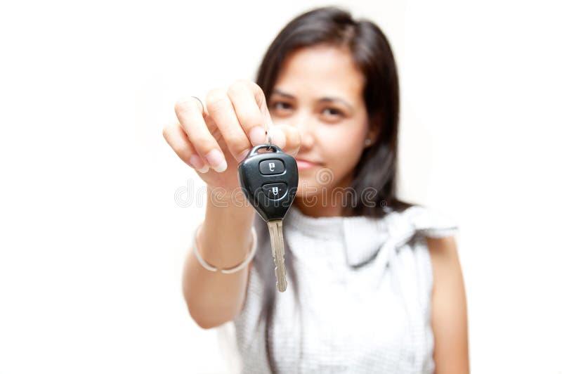 Πλήκτρο αυτοκινήτων σε ετοιμότητα γυναικών στοκ εικόνες