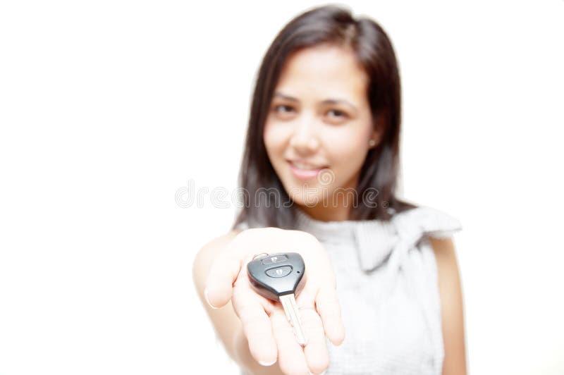 Πλήκτρο αυτοκινήτων σε ετοιμότητα γυναικών στοκ εικόνες με δικαίωμα ελεύθερης χρήσης