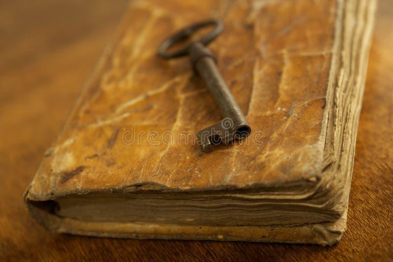 Πλήκτρο σε ένα βιβλίο στοκ εικόνα
