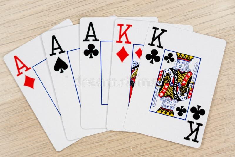 Πλήρεις βασιλιάδες άσσων σπιτιών - κάρτες πόκερ παιχνιδιού χαρτοπαικτικών λεσχών στοκ φωτογραφίες