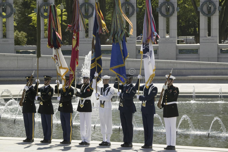 Πλήρεις στρατιωτικές εθιμοτυπικές σημαίες στοκ εικόνες
