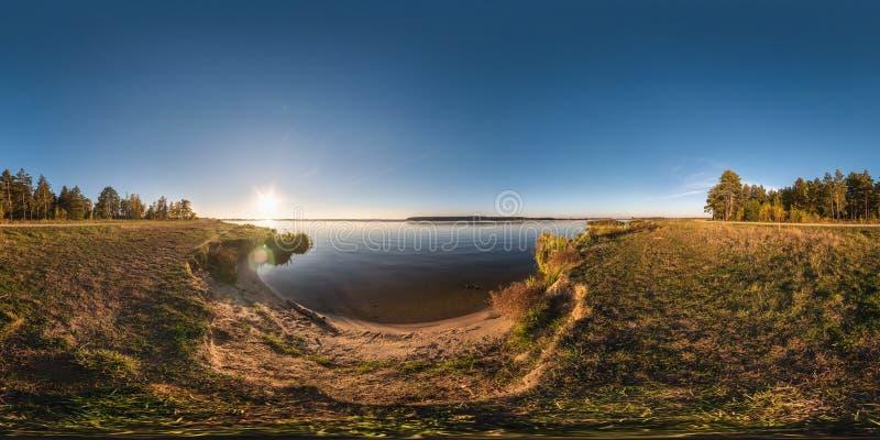 Πλήρες άνευ ραφής σφαιρικό πανόραμα κύβων 360 βαθμοί άποψης γωνίας στην ακτή του ποταμού πλάτους neman στο ηλιόλουστο ηλιοβασίλεμ στοκ εικόνα