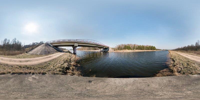 Πλήρες άνευ ραφής σφαιρικό πανόραμα hdri 360 γωνίας βαθμοί γεφυρών άποψης στον ποταμό στην ηλιόλουστη ημέρα υπόβαθρο σε equirecta στοκ εικόνες με δικαίωμα ελεύθερης χρήσης