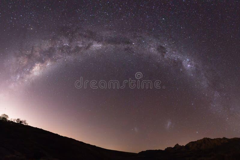 Πλήρες αστέρι γαλαξιών τρόπων μισό-κύκλων γαλακτώδες που πυροβολείται πέρα από το τοπίο στοκ φωτογραφία με δικαίωμα ελεύθερης χρήσης