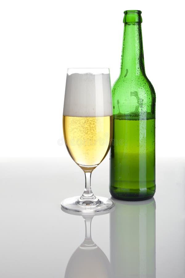 Download πλήρες γυαλί μπουκαλιών & στοκ εικόνα. εικόνα από χρυσός - 13182753